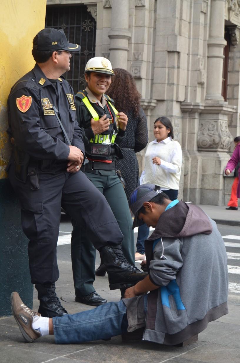 Policier se fait cirer les pompes